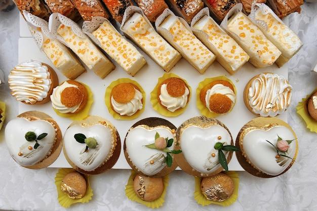 Desserttisch mit süßigkeiten. süßer tisch bei einer hochzeit. süßigkeiten für gäste.