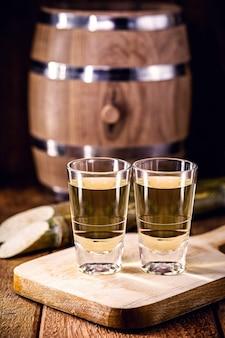 Destilliertes brasilianisches getränk, bekannt als cachaca