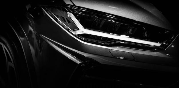 Detail auf einem der superautos der led-scheinwerfer auf schwarzem hintergrund