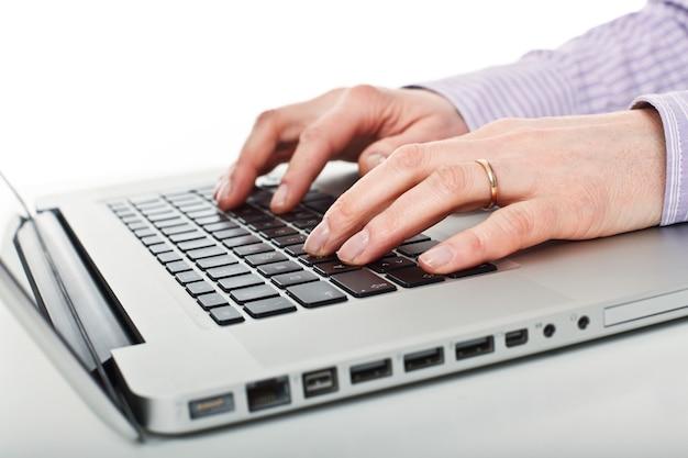 Detail auf laptop und arbeiterhänden