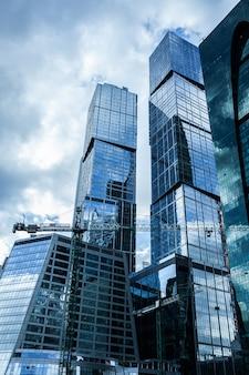 Detail blauer glasgebäudehintergrund mit wolkenhimmel
