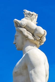 Detail der apollo-statue am sonnenbrunnen auf dem platz massena in nizza, frankreich