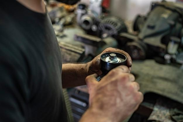 Detail der autoteile in den händen des mechanikers