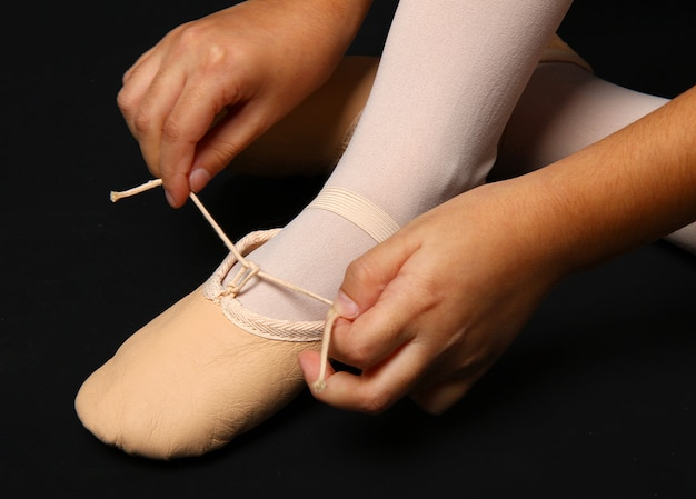 Detail der füße eines tänzers mit halbpointe