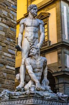 Detail der herkules- und cacus-sttaue an der piazza del signoria in florenz, italien