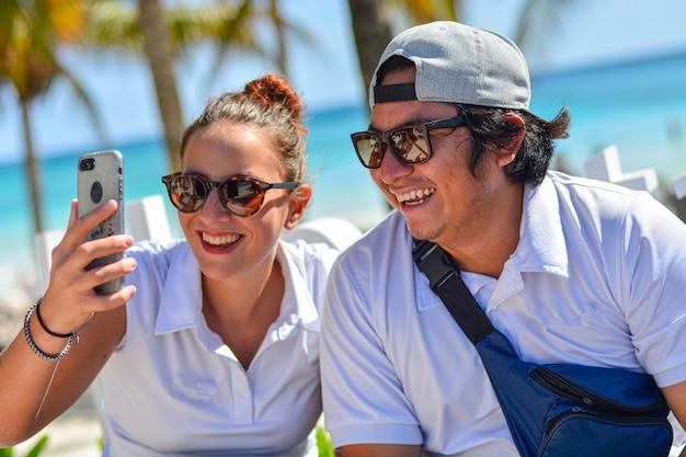 Detail der lächelnden jungs, die einen videoanruf mit dem smartphone machen