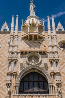 Detail der reich verzierten fassade an der südseite des dogenpalastes am markusplatz in venedig, italien