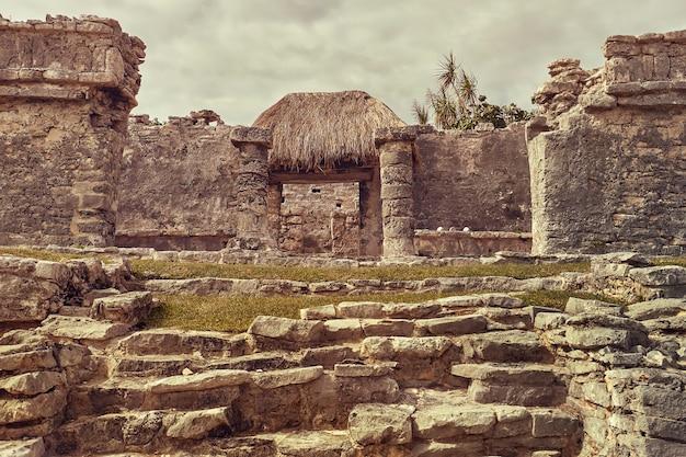 Detail der säulen eines maya-tempels des tulum-komplexes in mexiko.