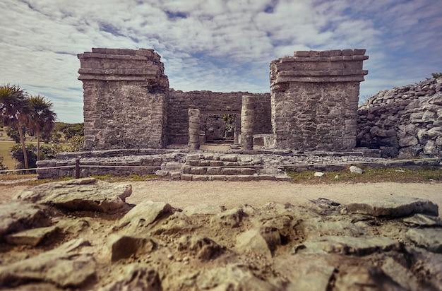 Detail der säulen und des gesamten gebäudes eines maya-tempels des tulum-komplexes in mexiko.
