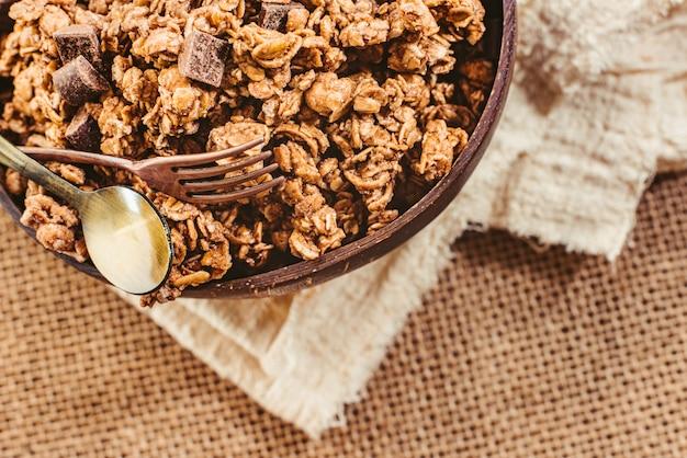Detail der schüssel voll müsli mit schokoladenstückchen für ein gesundes frühstück.