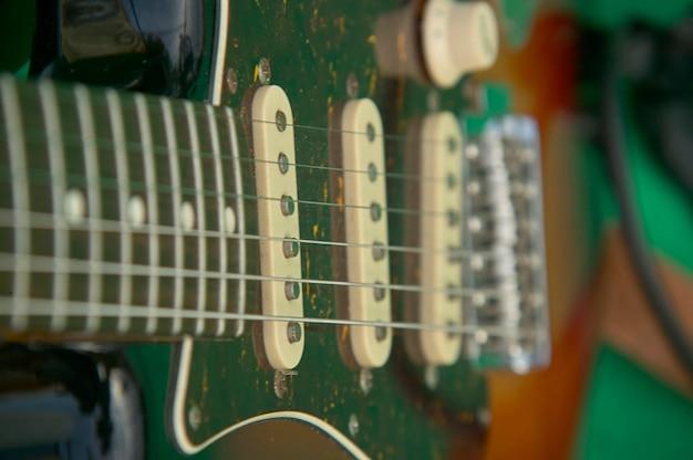 Detail der seile einer e-gitarre in einem konzert einer rockband