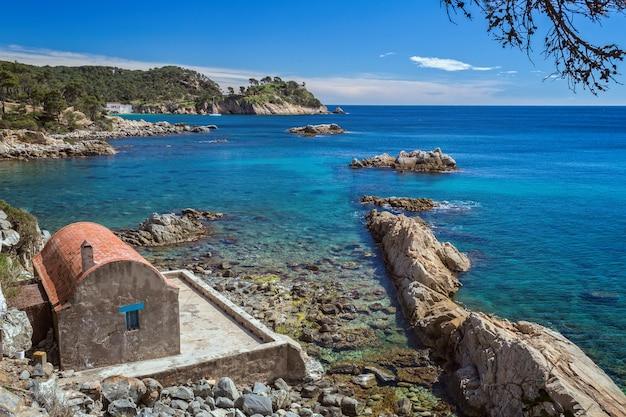 Detail der spanischen küste im sommer (katalonien, costa brava)