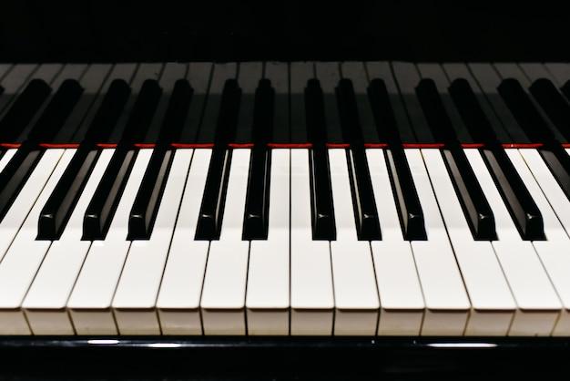 Detail der tasten eines klaviers.