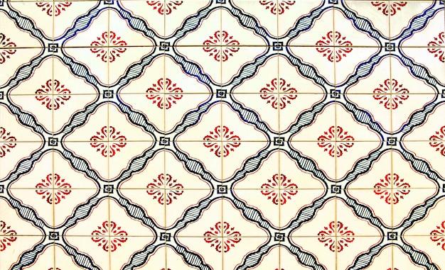 Detail der traditionellen azulejos auf dem alten haus in lissabon, portugal