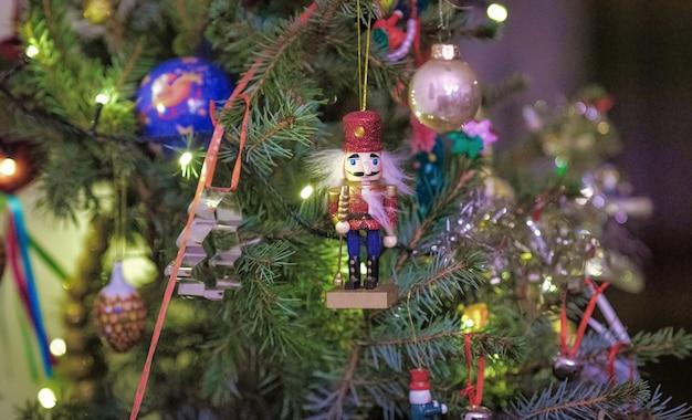 Detail der weihnachtsmann-miniatur in einem weihnachtsbaum in den niederlanden