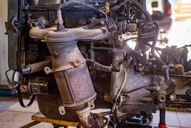 Detail des alten und rostigen automotors in einer werkstatt