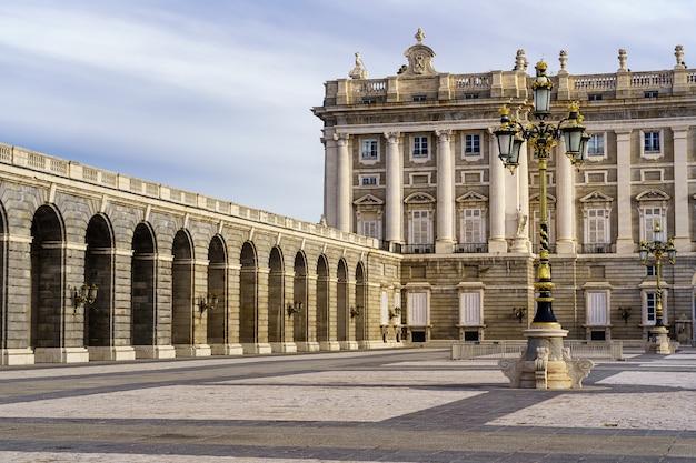 Detail des außenhofs des königlichen palastes von madrid mit laternenpfählen, bögen und neoklassizistischem stil. spanien.