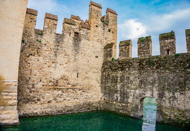 Detail des castello scaligero di sirmione (schloss sirmione), aus dem 14. jahrhundert am gardasee, sirmione, italien
