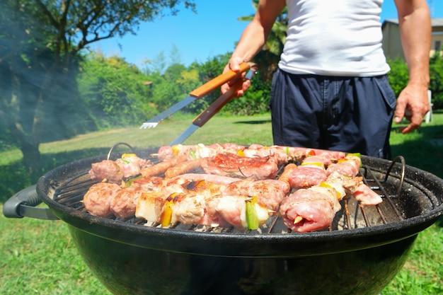 Detail des fleisches auf einem grillgrill. konzentriere dich auf das fleisch im vordergrund