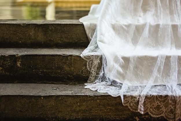 Detail des gewebes eines weißen hochzeitskleides.