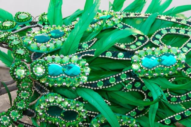 Detail des helmes mit federn und stickereien für den karneval