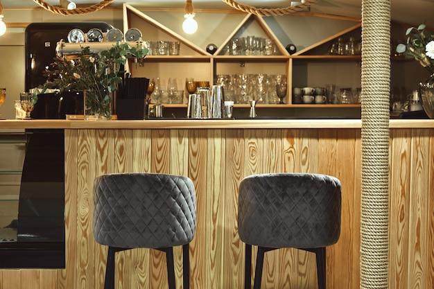 Detail des innenraums des gestalteten restaurants. stehtisch in einem teuren restaurant