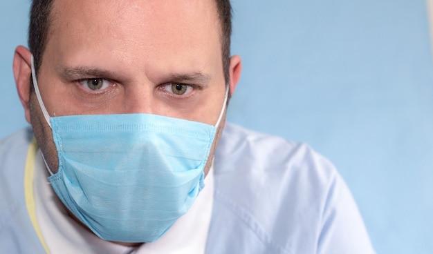 Detail des krankenschwestergesichtes mit maske und müde und besorgtem ausdruck