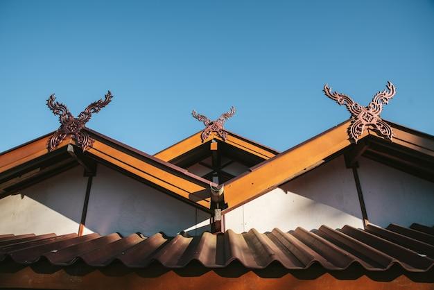 Detail des ländlichen thailändischen hüftendachhauses im akha-dorf von maejantai auf dem hügel in chiang mai, thailand.