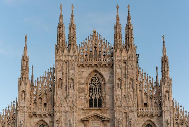 Detail des mailänder doms (mailänder dom) auf blauem himmel, mailand (mailand), italien