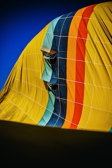 Detail des mehrfarbigen gewebes eines heißluftballons, der entleert