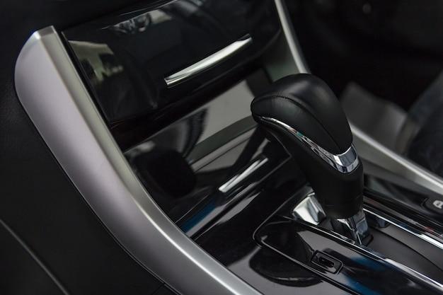 Detail des modernen autoinnenraums konzentrieren sich auf schalthebel, automatisches getriebe im luxusauto