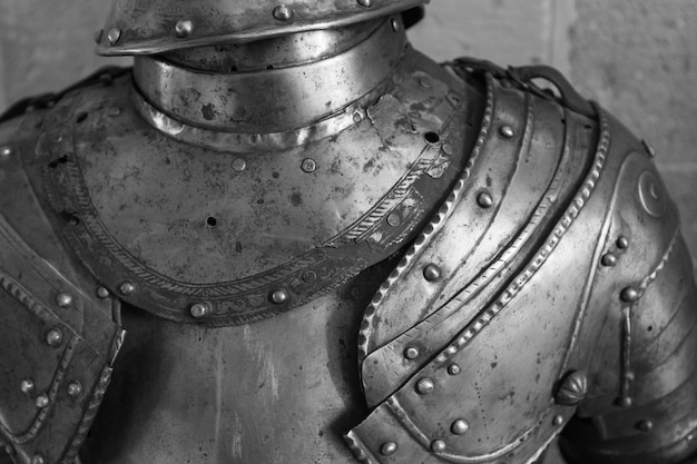 Detail des oberen teils einer rüstung des mittelalterlichen ritters.
