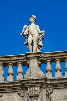 Detail des palazzo maffei mit statue der gottheit an der piazza delle erbe in verona, italien