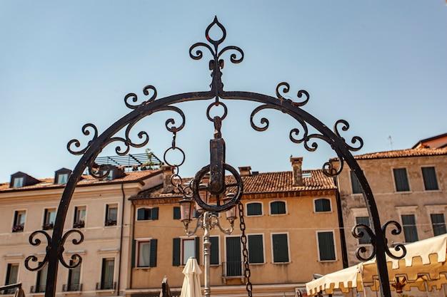 Detail des platzes san vito in treviso in italien unter blauem himmel