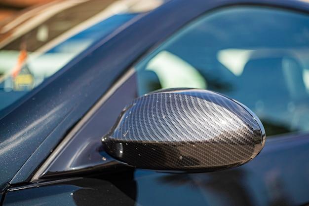 Detail des rückspiegels in kohlefaser des autotunings