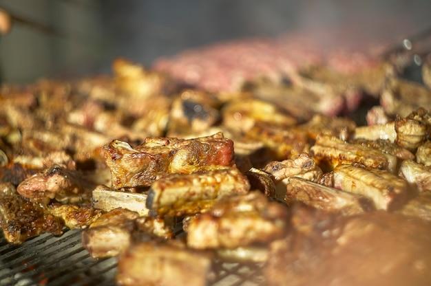 Detail des saftigen und schmackhaften fleisches, das auf dem grill gekocht wird