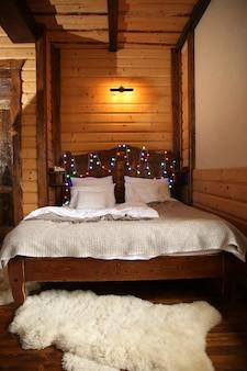 Detail des schlafzimmers der berghütte aus holz