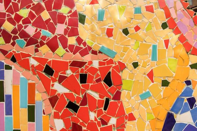 Detail des schönen alten zusammenbrechenden abstrakten keramikmosaiks schmückte den dekorativen hintergrund des gebäudes, abstraktes muster, abstrakte mosaikfarbene keramiksteine