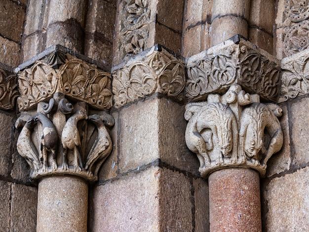 Detail des seitenportikus. romanische basilika von san vicente
