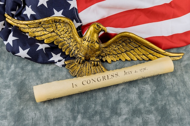 Detail dokument vintage pergament der amerikanischen verfassung der unabhängigkeitserklärung der vereinigten staaten mit 4. juli 1776 in american bald eagle