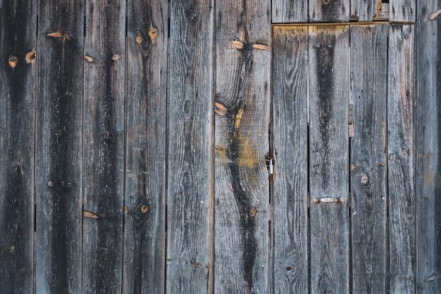 Detail einer alten rustikalen holztür eines landhauses