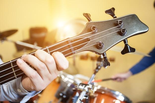 Detail einer elektrischen bassgitarre