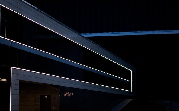 Detail einer gebäudefassade mit beleuchtetem. abstrakter architekturhintergrund