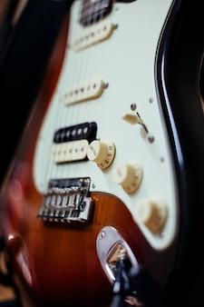 Detail einer gitarre der elektronischen musik