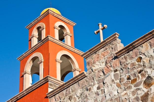Detail einer mexikanischen kirche, leuchtende farben