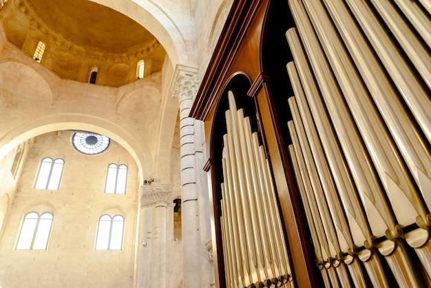 Detail einer orgel in der kathedrale von bari zum spielen von musikstücken während religiöser feiern.