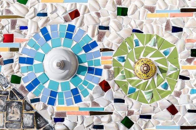 Detail einer schönen alten zerbröckelnden abstrakten keramischen mosaikdekoration war zerstörtes gebäude