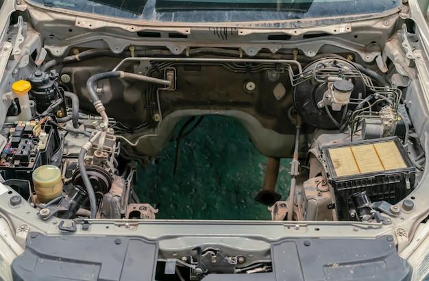 Detail eines automotorraumes ohne motorraum.