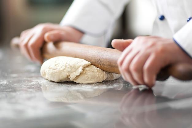 Detail eines chefs bei der arbeit in seiner küche