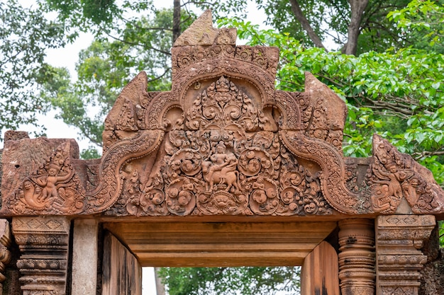 Detail eines der zahlreichen reliefs des tempels von banteay srei. angkor. kambodscha